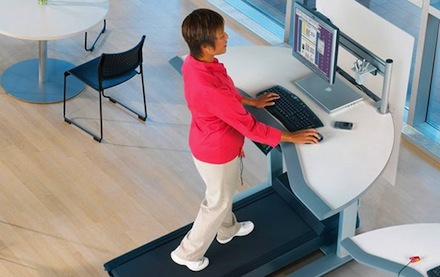 Mucho tiempo sentado es riesgoso para la salud: Levántate y anda, aun en el trabajo