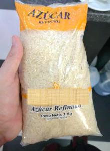 Arroz empacado en bolsa identificada como azúcar